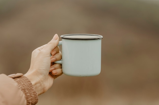 Xícara de vista frontal com chá quente para pausas