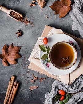 Xícara de vista superior com chá e anis estrelado