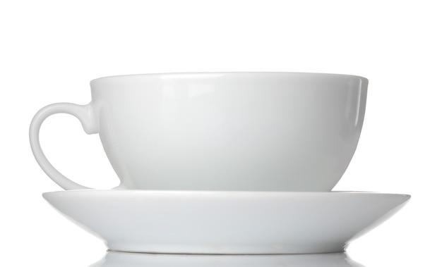 Xícara e pires de cerâmica branca. em fundo branco isolado. fechar-se.