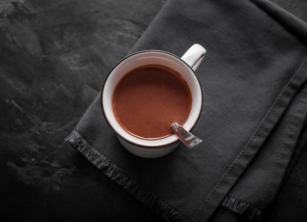 Xícara plana leiga de chocolate quente