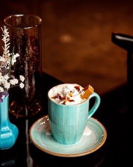 Xícara quente de café caramelo com creme