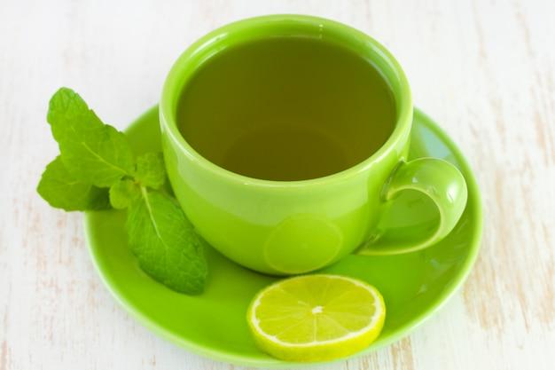 Xícara verde com chá