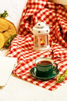 Xícara verde de chá em uma toalha de papelão