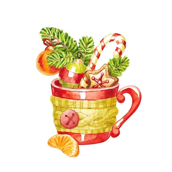Xícara vermelha em um lenço com uma fatia de tangerina e enfeites de natal