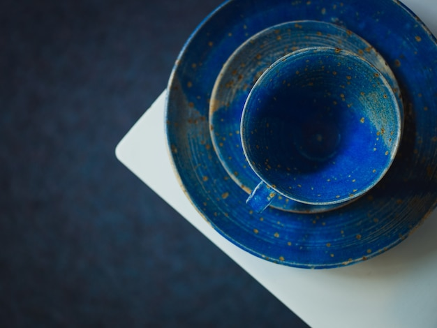 Xícara vintage azul e duas placas