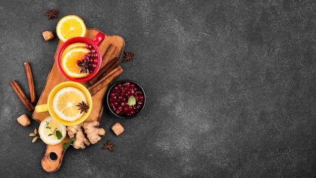 Xícaras com chá de aroma de frutas com cópia espaço