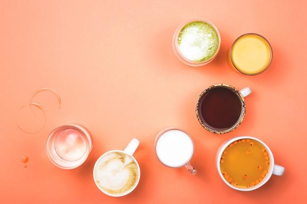 Xícaras de café, chá, suco e água. bebidas matinais para diferentes preferências.