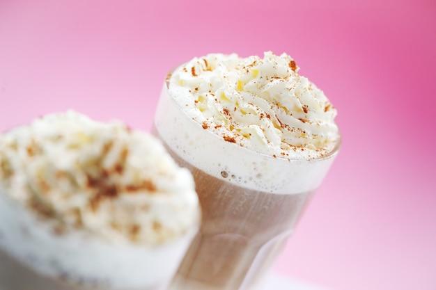 Xícaras de café com caramelo e chantilly