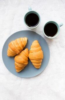 Xícaras de café com croissants