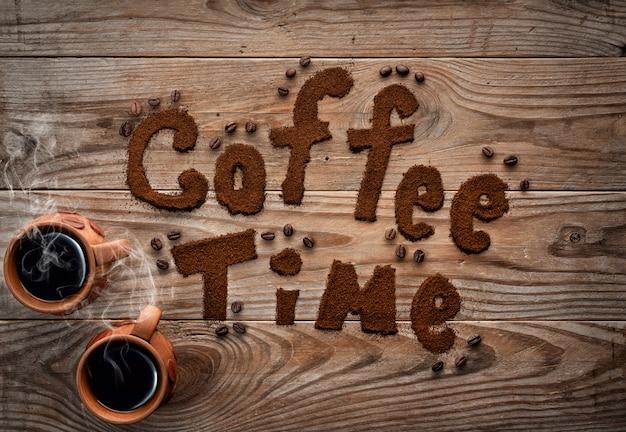 Xícaras de café com vapor no plano de fundo texturizado de madeira.
