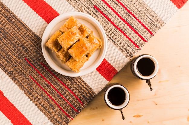 Xícaras de café e doces turcos