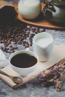 Xícaras de café e grãos, conceito do dia internacional do café