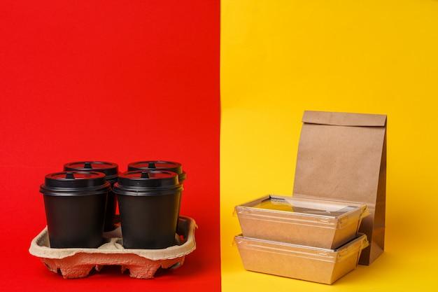 Xícaras de café e pacote de comida para viagem. refeição para viagem