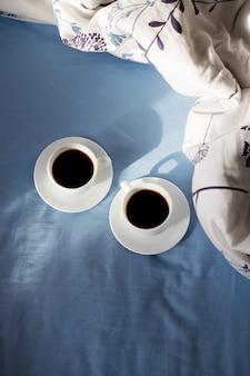 Xícaras de café na cama