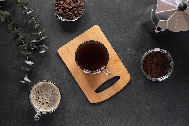 Xícaras de café na mesa com vista de cima