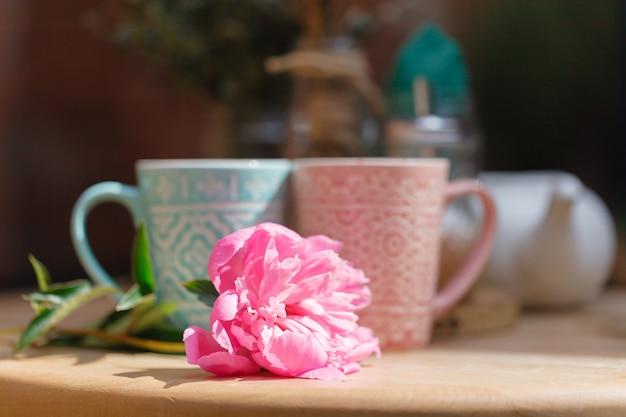 Xícaras de café na mesa de café
