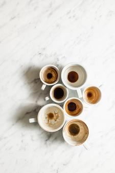 Xícaras de café vazias e sujas de vista superior, conceito de pós-festa