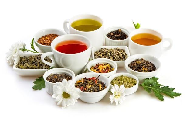 Xícaras de chá com folhas secas aromáticas chá em tigelas