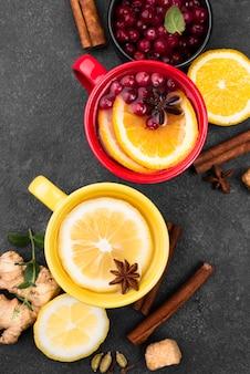 Xícaras de chá com limão e canela
