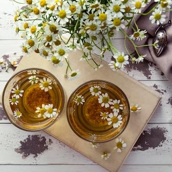 Xícaras de chá de camomila na horizontal
