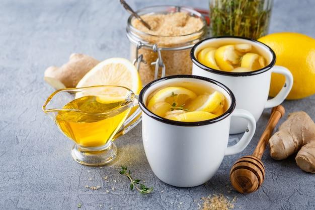 Xícaras de chá de gengibre com mel e limão