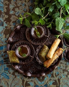 Xícaras de chá e disposição de comida