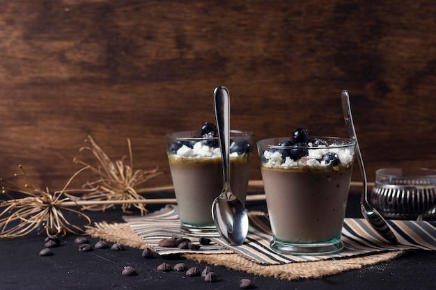 Xícaras de mousse de chocolate com colheres
