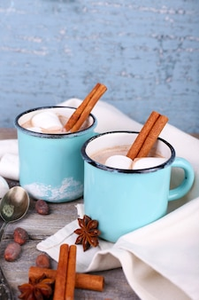 Xícaras de saboroso chocolate quente na mesa de madeira