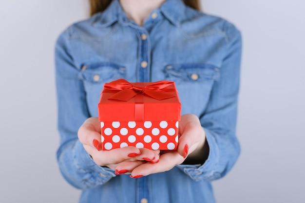 Xmas natal ano novo dia dos namorados aniversário amigo família pai namorado pequeno pouco você pessoa pessoas conceito de idade adolescente. foto cortada em close de um lindo presente fofinho isolado na parede cinza