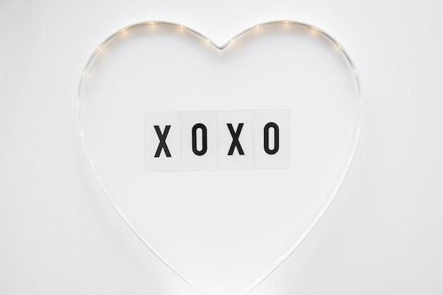 Xoxo escrevendo dentro do coração bonito