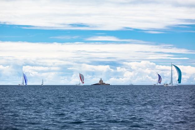 Yacht regatta no mar adriático em tempo ventoso. tiro horizontal