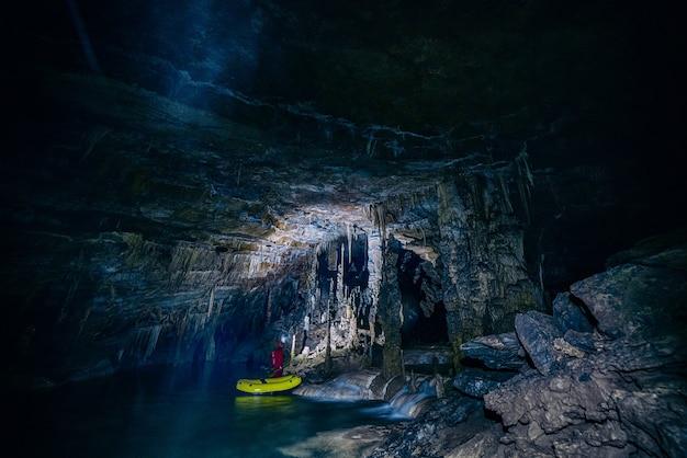 Yakak verde dentro da caverna