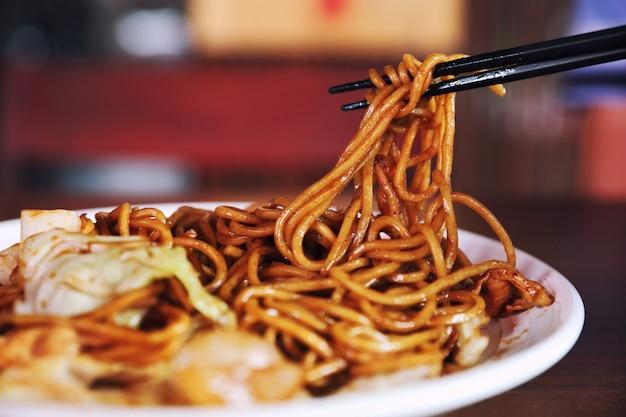 Yakisoba, estilo japonês de macarrão frito
