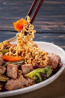 Yakisoba, famoso macarrão frito japonês, com carne e vegetais.