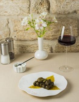 Yarpaq dolmasi, dolma de folha de uva com um copo de vinho