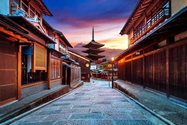 Yasaka pagoda e sannen zaka street em kyoto, japão.