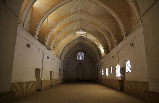Yazd / irã - 01 de outubro de 2012: a mesquita na cidade de yazd, irã