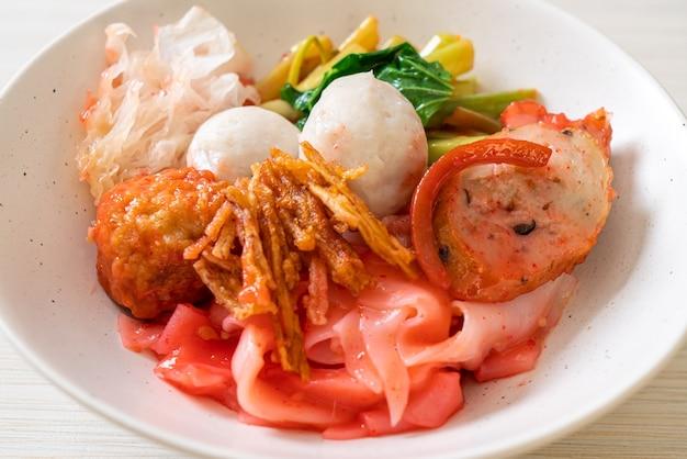(yen-ta-four) - macarrão estilo tailandês seco com tofu sortido e bola de peixe na sopa vermelha