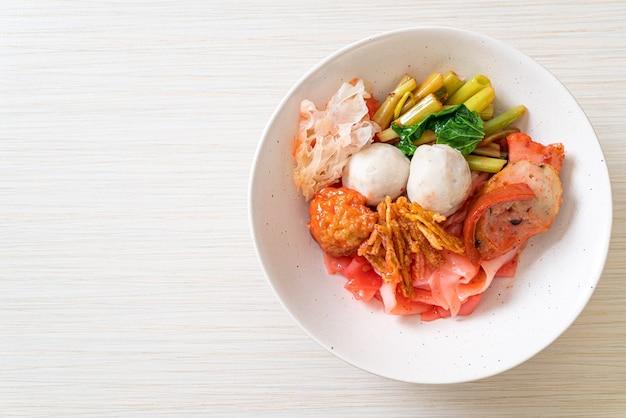 (yen-ta-four) - macarrão estilo tailandês seco com tofu sortido e bolinho de peixe na sopa vermelha