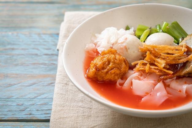 (yen-ta-four). macarrão tailandês com tofu sortido e bolinho de peixe na sopa vermelha. comida asiática