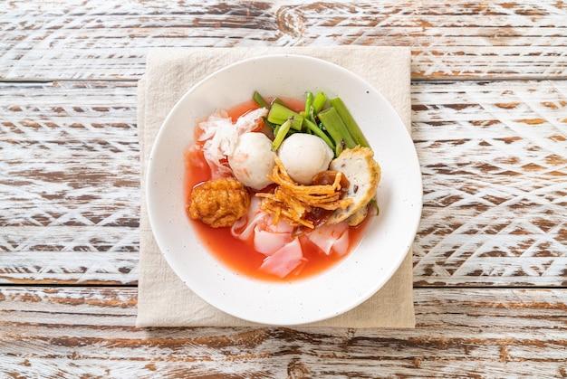 (yen-ta-four) - noodle estilo tailandês com tofu sortido e bola de peixe na sopa vermelha
