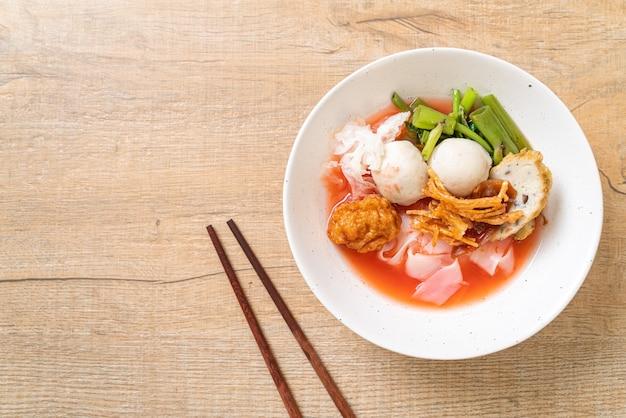 (yen-ta-four) - noodle estilo tailandês com tofu sortido e bolinho de peixe na sopa vermelha - comida asiática