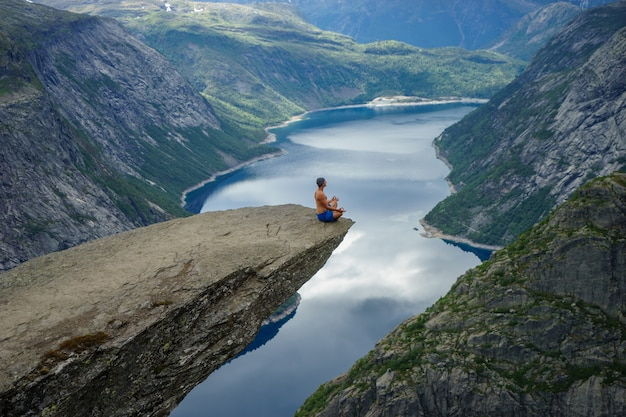 Yog está orando na borda trolltunga. odda. noruega
