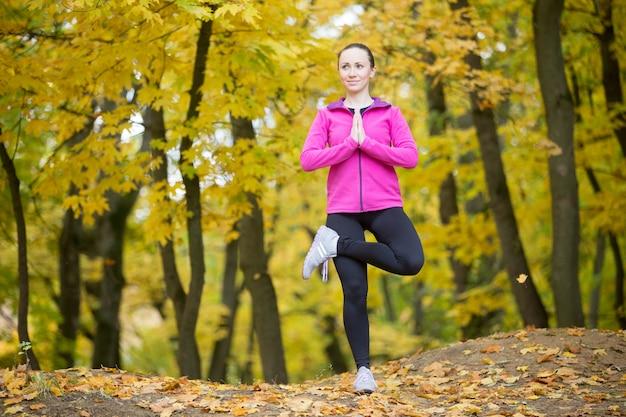 Yoga ao ar livre: pose da árvore