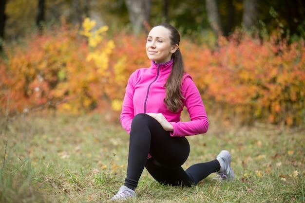 Yoga ao ar livre: pose de lunge baixo
