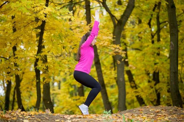 Yoga ao ar livre: postura da cadeira