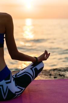 Yoga ao nascer do sol. vista traseira, de, um, metade, corpo, de, sportive, mulher, sentando, em, loto, pose