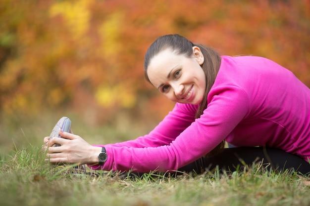 Yoga de outono: alongamento de estiramento de isquiotibante sentado