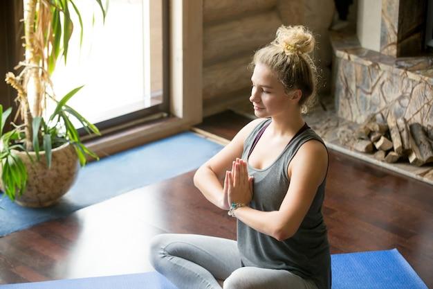 Yoga em casa: posição de oração
