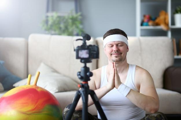 Yoga vlogger grava posição de lótus para relaxar